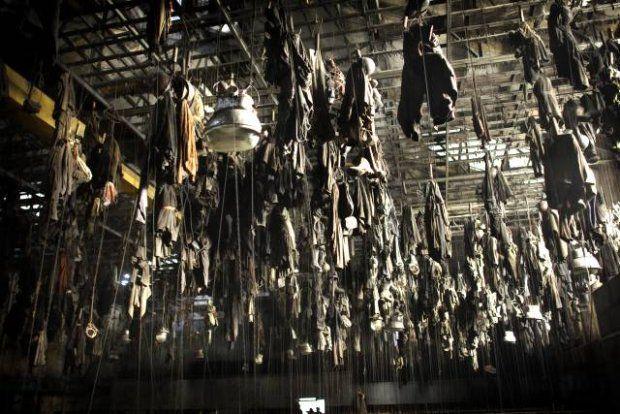 Rzędy górniczych ubrań roboczych zawieszonych na suficie