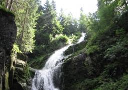 Widok wodospadu latem