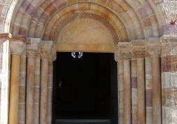 Portal romańskiego kościoła