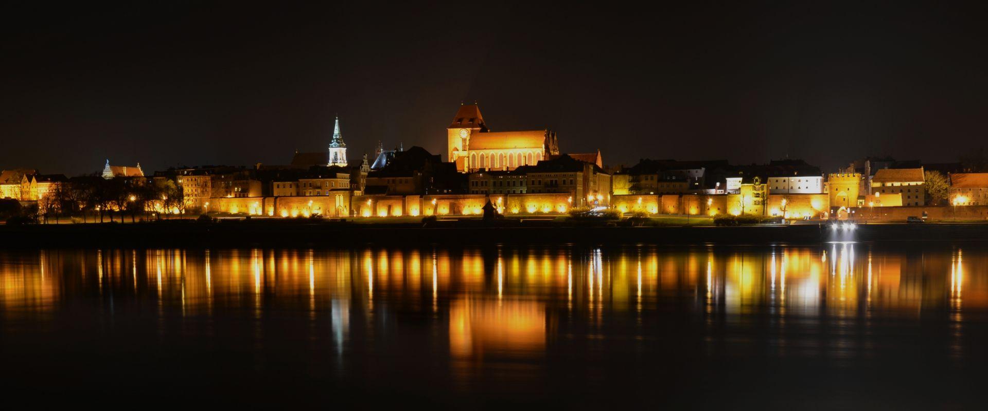 Widok na Stare Miasto z Kępy Bazarowej nocą