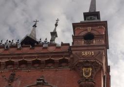 Wieżyczka z datą oddania do użytku Dworu