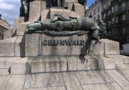 Pomnik z bliska