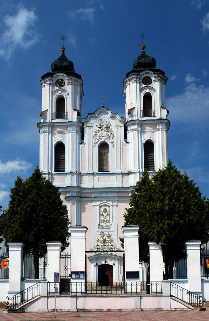 Dwuwieżowa fasada bazyliki Nawiedzenia NMP
