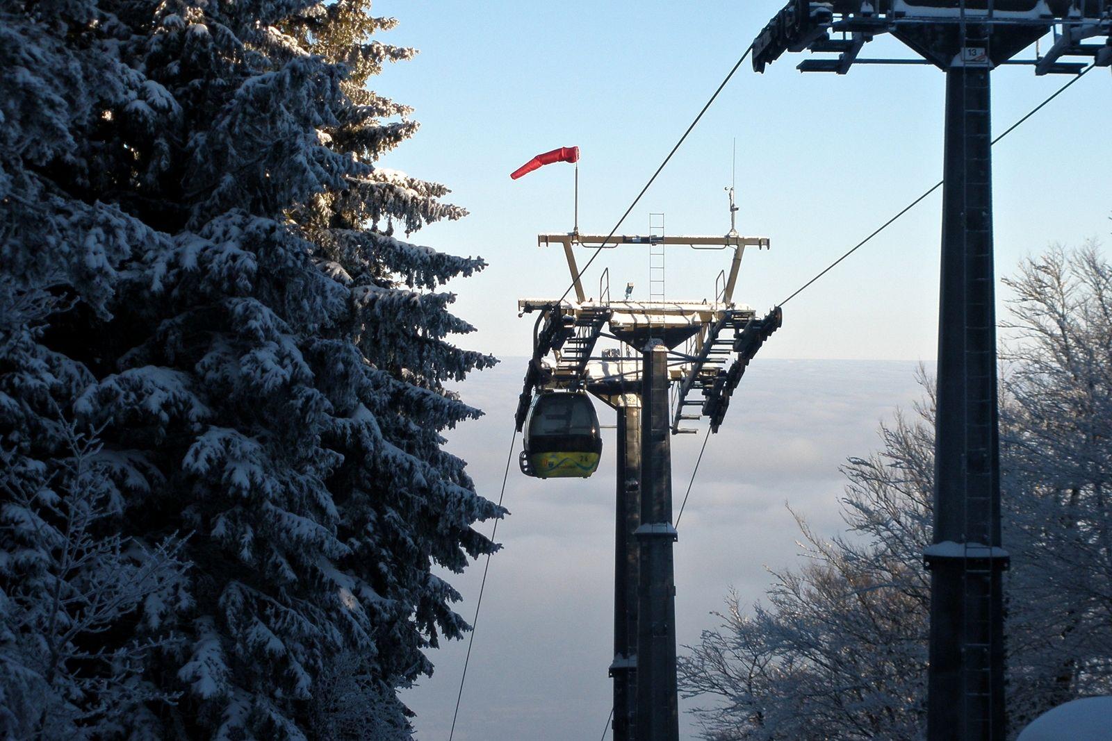 Wagonik dojeżdżający do górnej stacji zimą