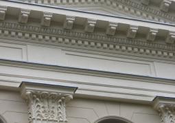 Górna część zdobionej fasady