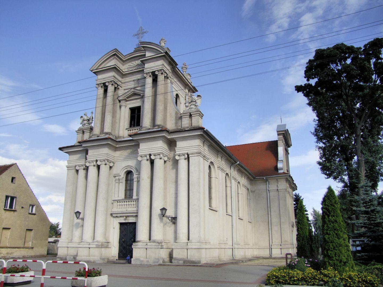 Zabytkowy gmach kościoła w Rakoniewicach