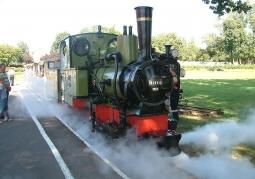 Ruszający ze stacji pociąg