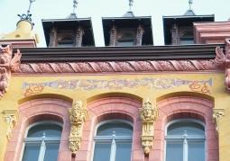 Ornament roślinny na fasadzie