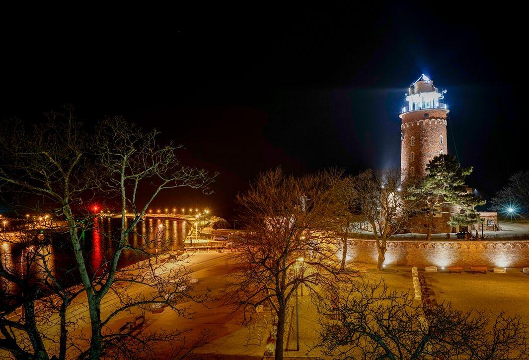 Latarnia morska w Kołobregu nocą