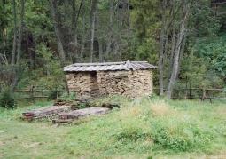 Ruiny dworu i grobowce Stroińskich