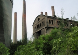 Widok na dobrze zachowane kominy