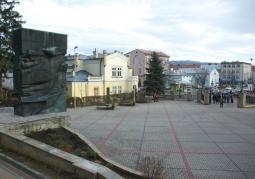 Widok na plac od strony Parku Miejskiego