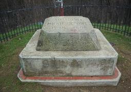 Kamień z inskrypcją na szczycie kopca