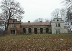 Budynek pałacu jesienią