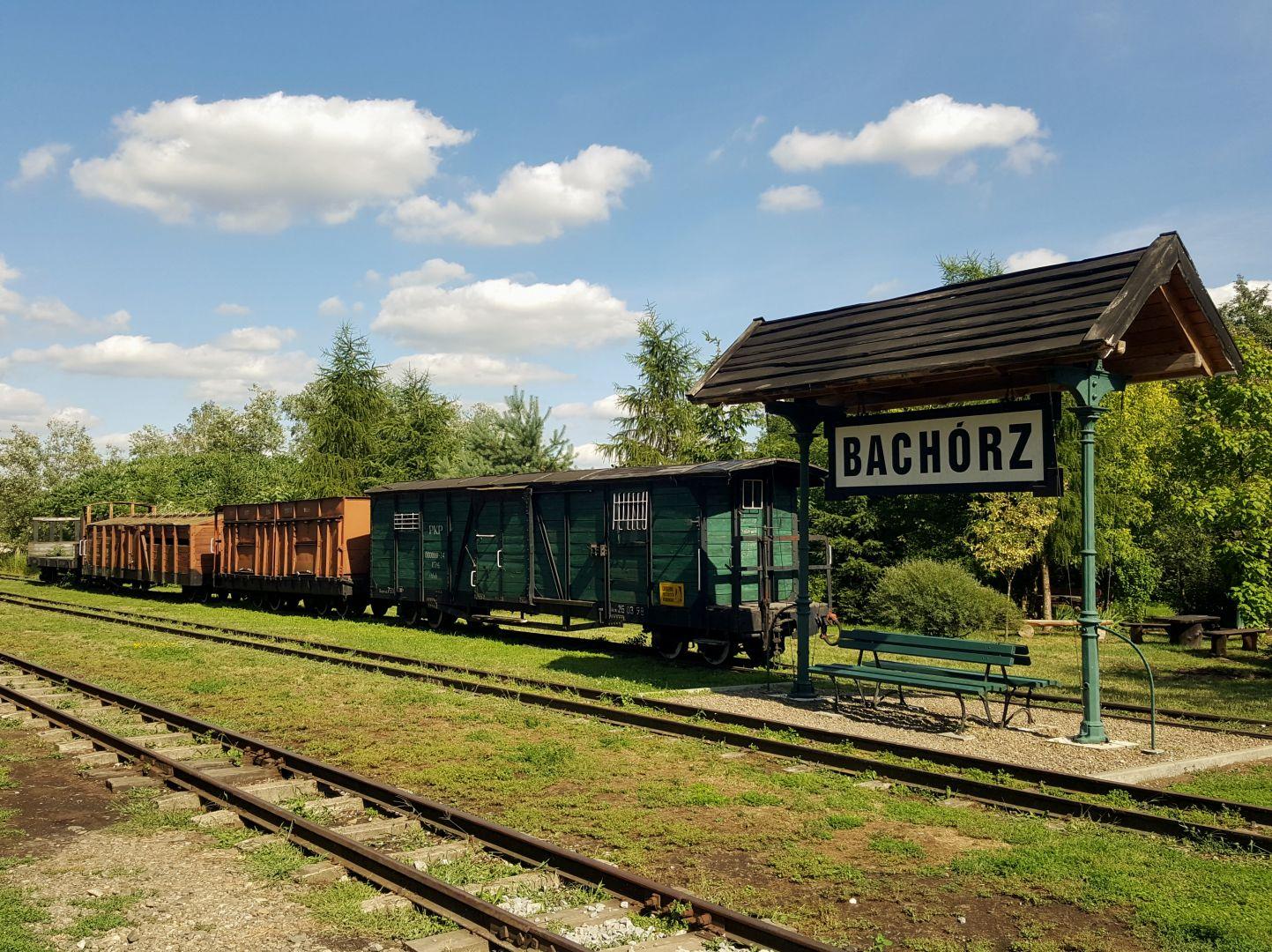 Stacja Bachórz z zabytkowymi wagonami