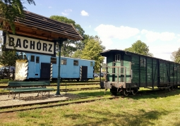 Stacja Bachórz z zabytkowym wagonem
