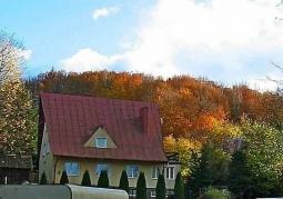 dom w barwach jesieni