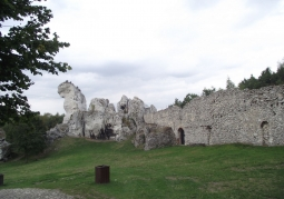 Skały otaczające zamek