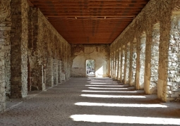 Oświetlony korytarz wewnątrz zamku