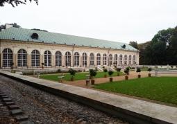 Budynek wraz z widocznym ogrodem i fontanną