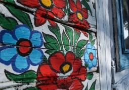 Kwiaty pokrywające dom