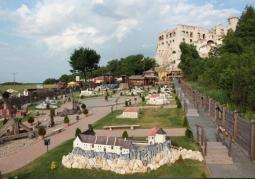 Park na tle Zamku Ogrodzieniec