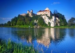 Mury klasztoru na wzgórzu