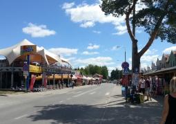 Główna ulica wypełniona knajpkami