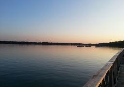 Widok na jezioro z molo
