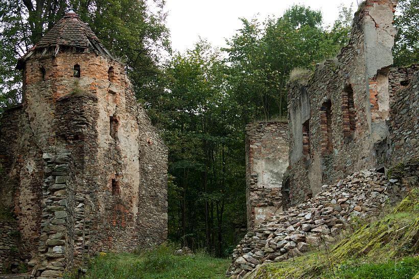 Widok na zachowaną wieżę