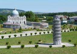 Krzywa Wieża w Pizie oraz Plac Św. Piotra z Bazyliką w oddali