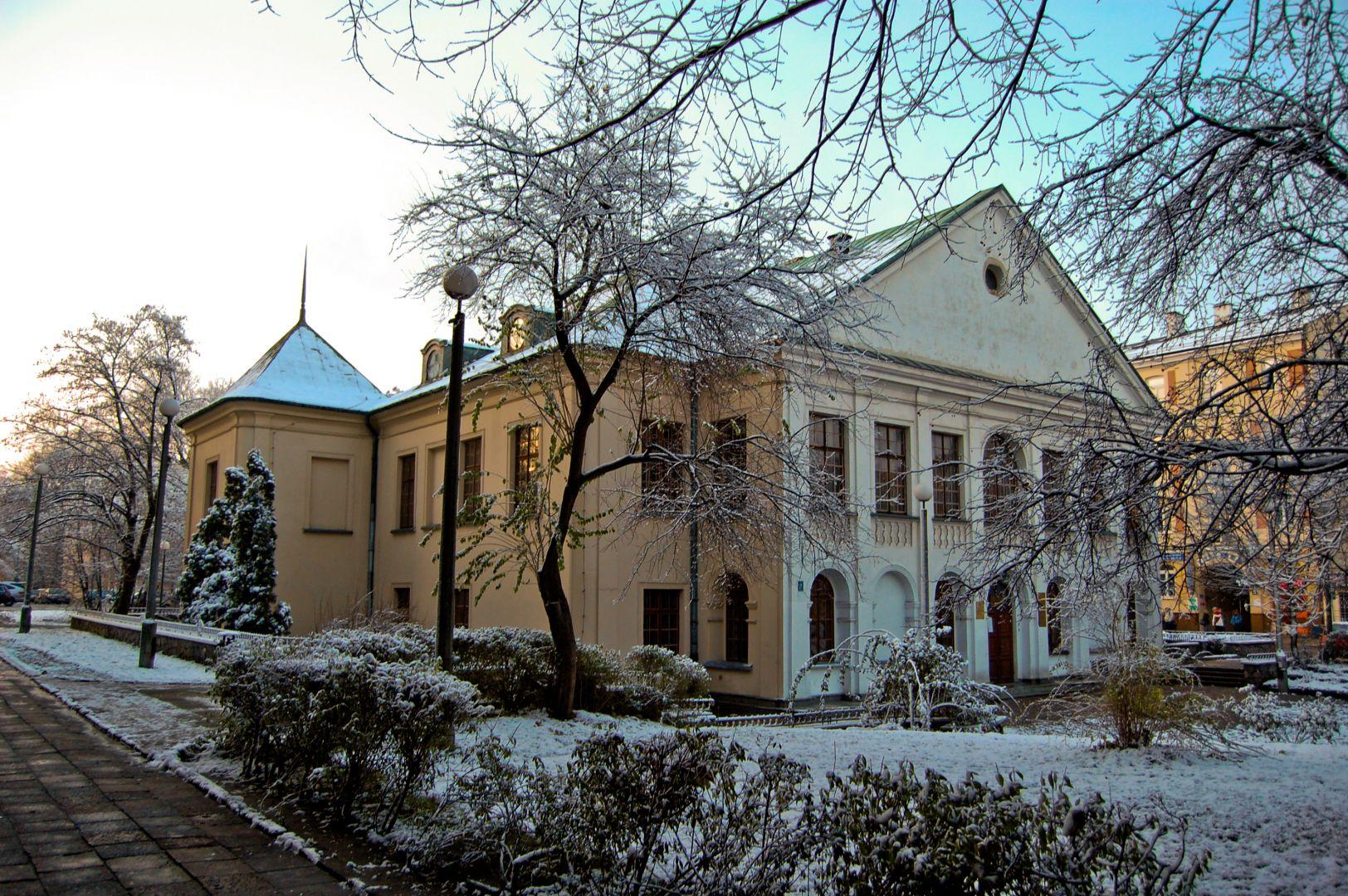 Pałac i jego otoczenie zimą