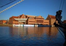 Widok na filharmonię z przeciwległego brzegu Motławy