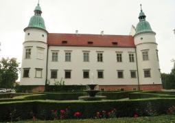 Zdjęcie: Fontanna i mury zamku