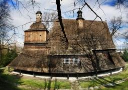 Gmach drewnianego kościoła w Sękowej