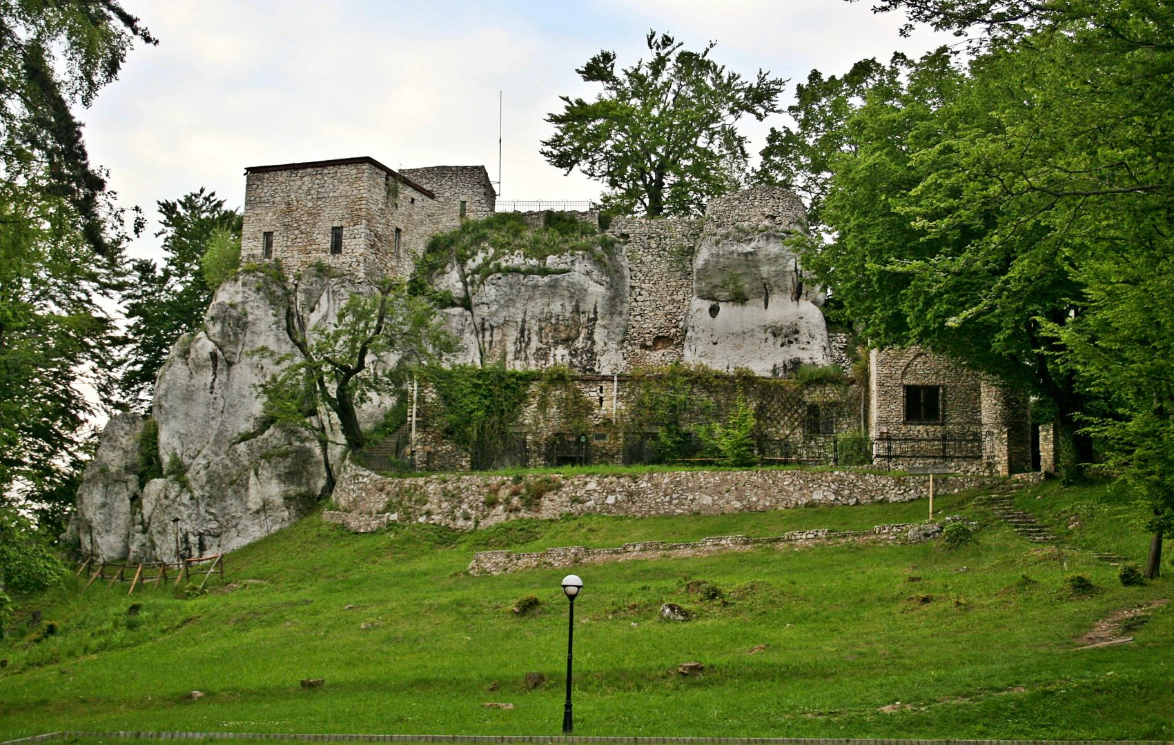 Mury obronne Zamku Bąkowiec