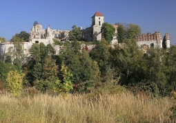 Ruiny zamkowe późnym latem