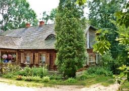Drewniana chata skansenu nowogródzkiego