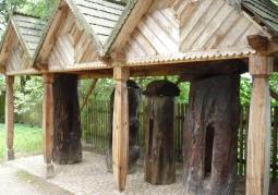 Ule-kłody w Skansenie w Nowogrodzie